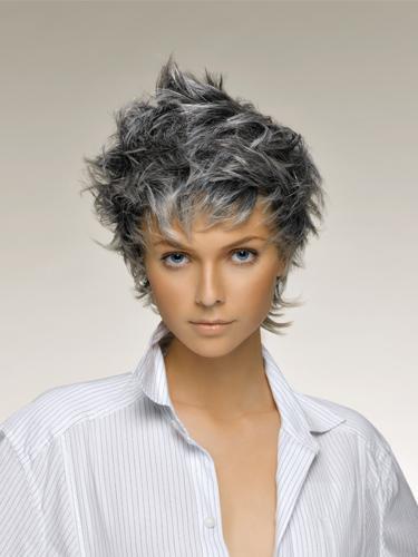 Taglio corto scalato capelli bianchi