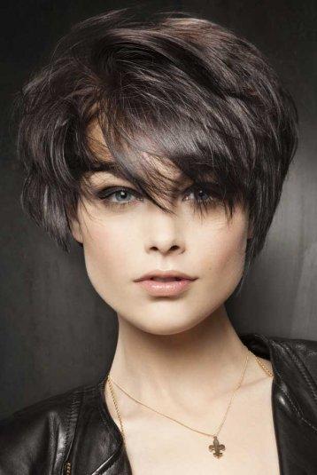 Tagli capelli corti lisci con frangia