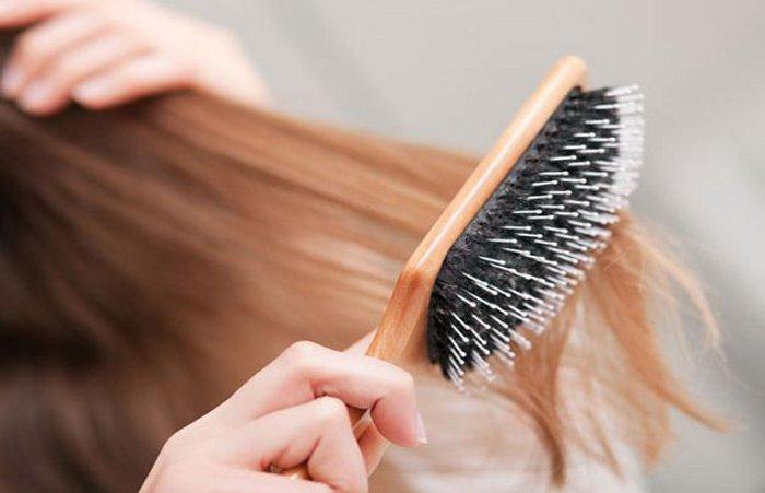 Risultati immagini per spazzolare capelli