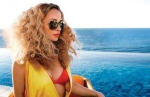 come_tenere_i_capelli_in_spiaggia